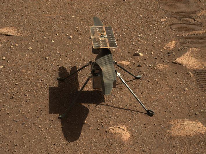 Fotografía del helicóptero Ingenuity en la superficie de Marte