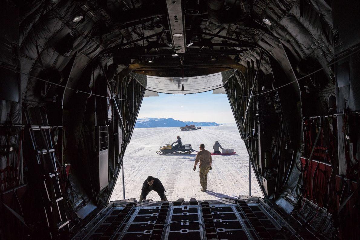 Cerrando la escotilla de carga de un Hercules LC-130. Esta aeronave, operada por la Guardia Nacional ...