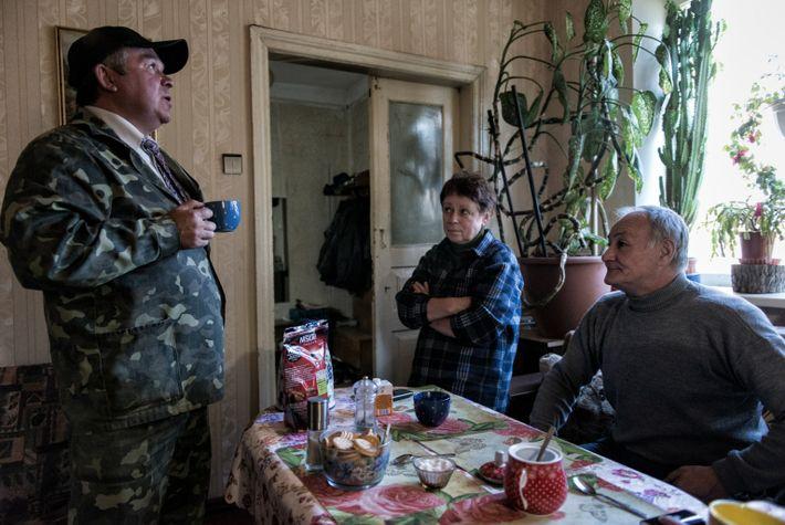 Sergei Lapiha y Elena Buntova se toman un café con Valeriy Pasternak
