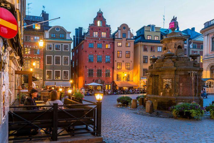 Imagen de una plaza con cafeterías en Estocolmo, Suecia