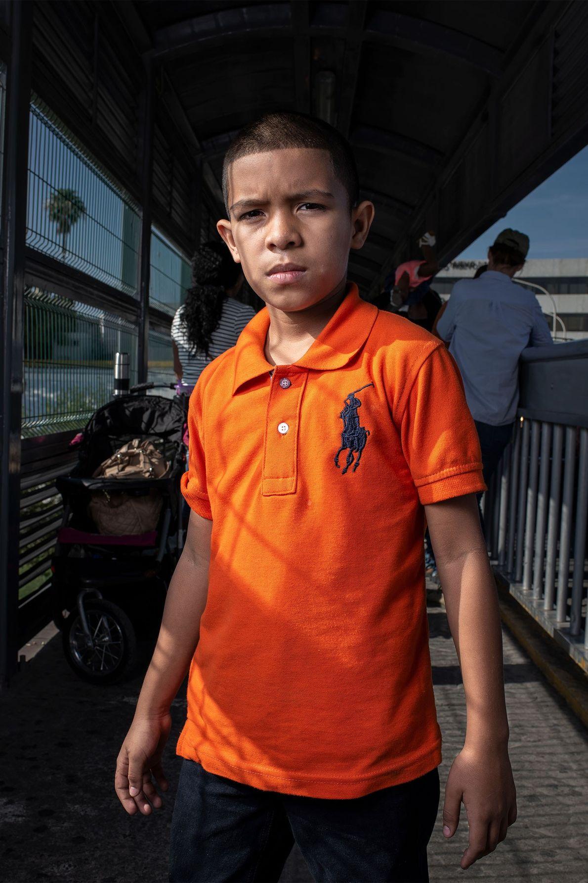 Jaffet, hondureño de nueve años, espera en el Puente Internacional Portal a las Américas con su …