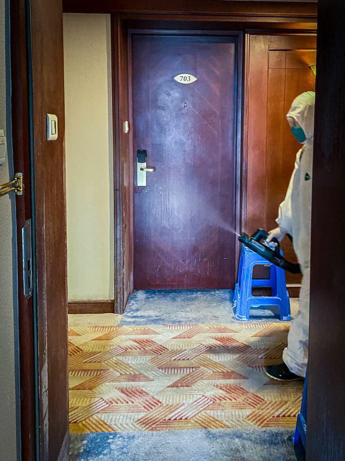 Empleados fumigan el pasillo