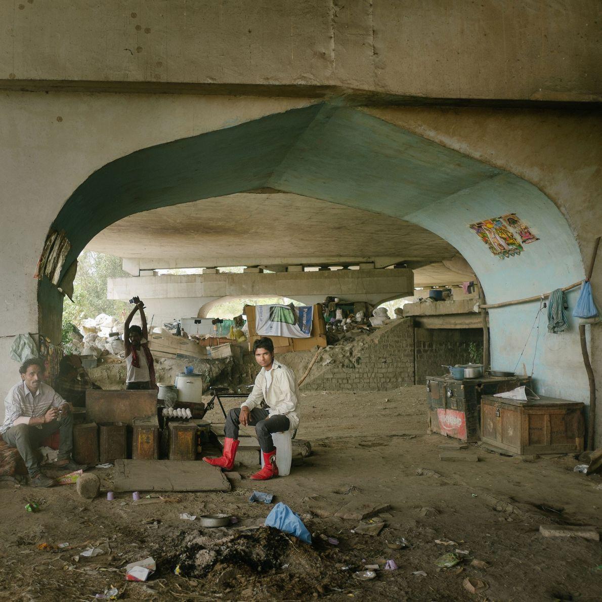 Recicladores que viven debajo un puente, por debajo de la carretera Grand Trunk, al lado de ...
