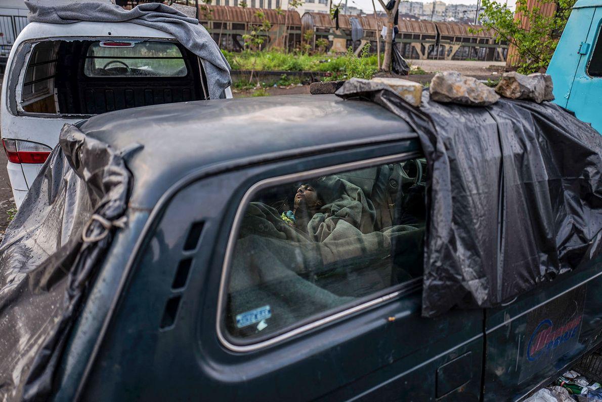 Un chico de 16 años duerme en un coche