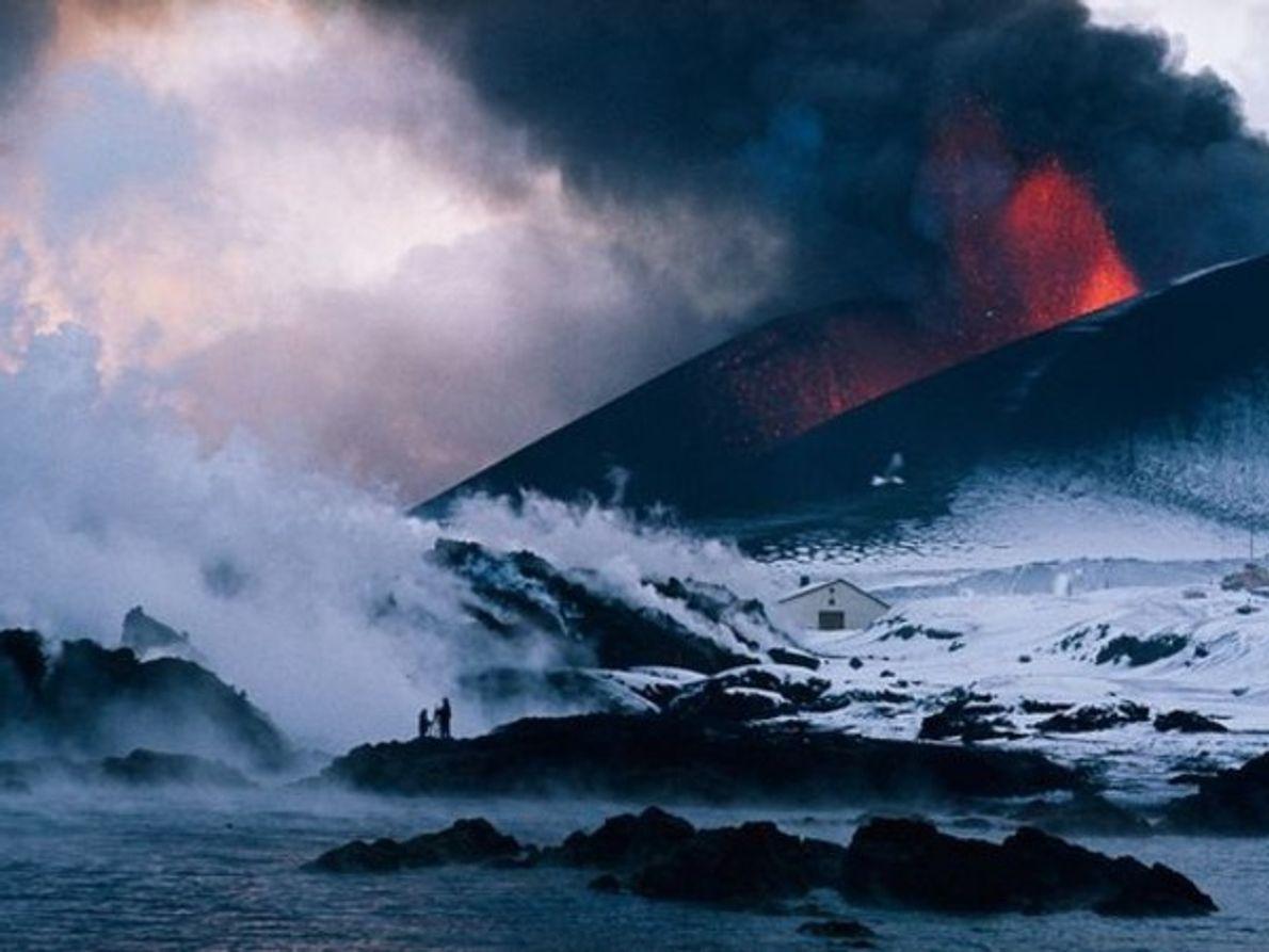 Más allá de la fertilización mediante metales, los científicos se han propuesto construir volcanes artificiales para …