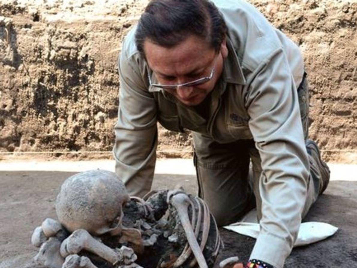 El antropólogo físico Jorge Arturo Talavera González examina uno de los 17 esqueletos, (11 de ellos …