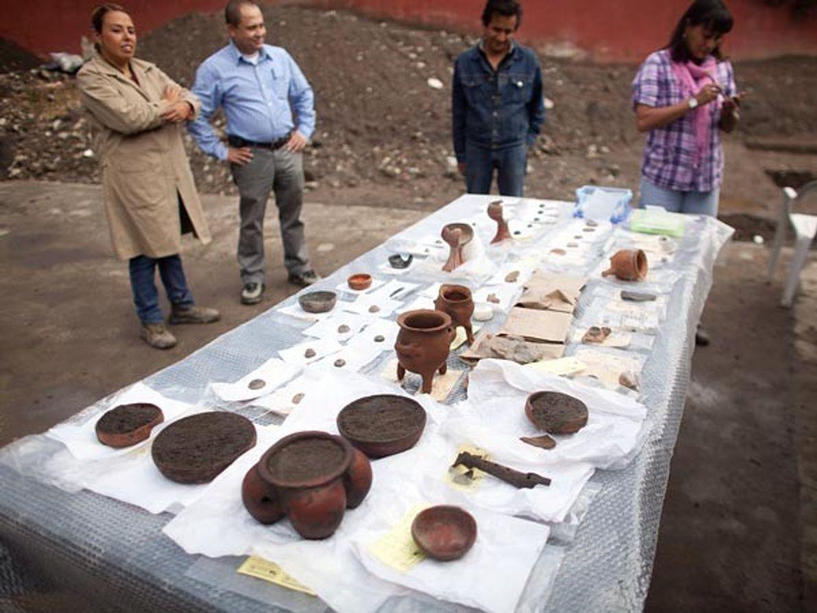 La arqueóloga Alejandra Jasso Peña (izquierda), examina un conjunto de objetos de la excavación en curso.  Entre …
