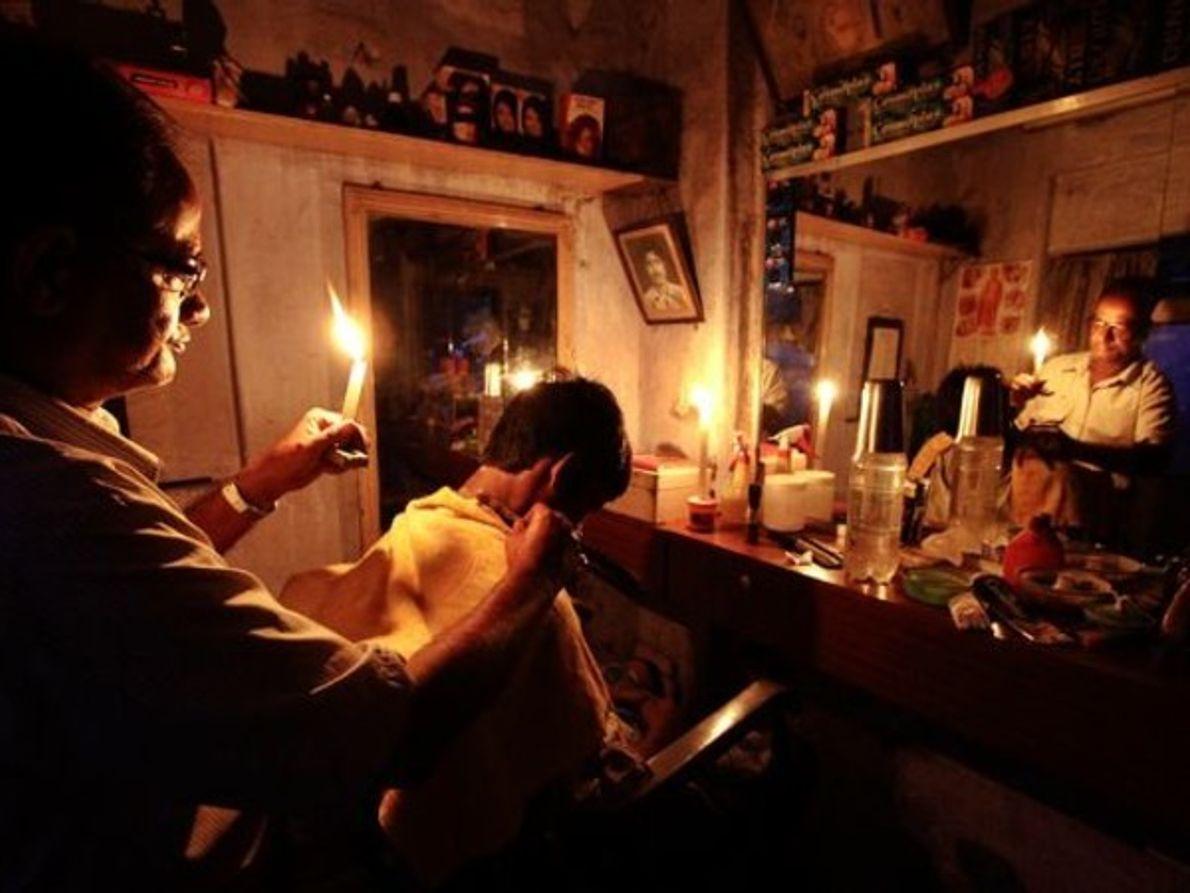 Corte de pelo a la luz de las velas