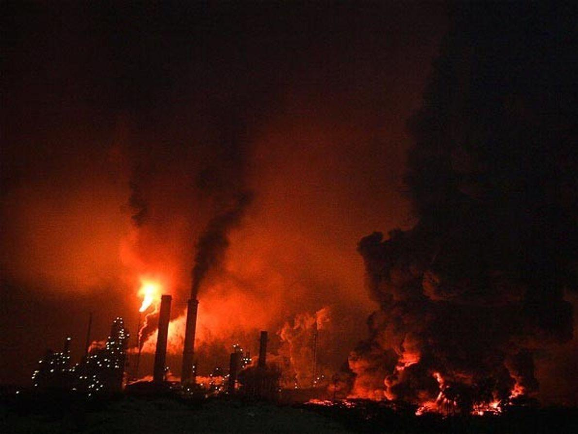 Los incendios causan estragos en la refinería Amuay de Venezuela tras una explosión que sacudió el …