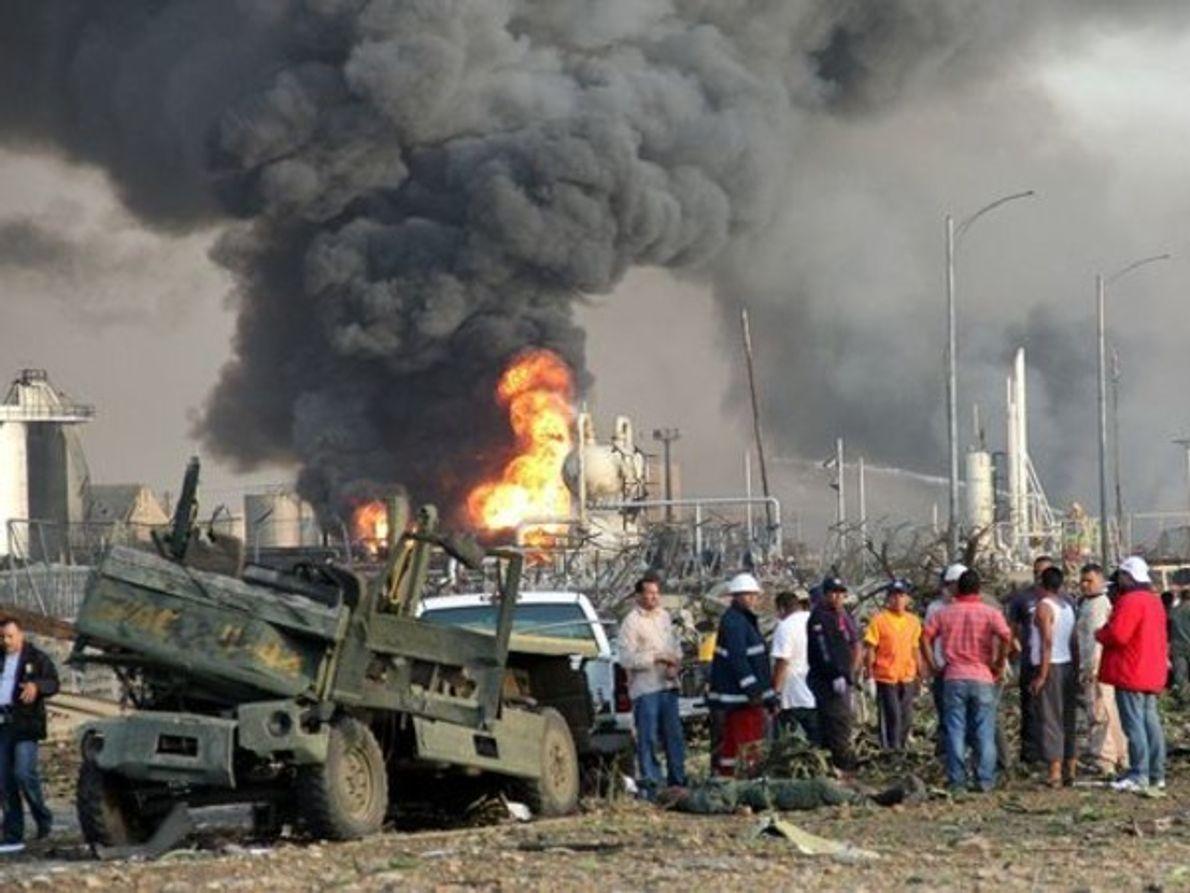 El incendio en la refinería Amuay de Venezuela, (en la foto detrás de los espectadores en …