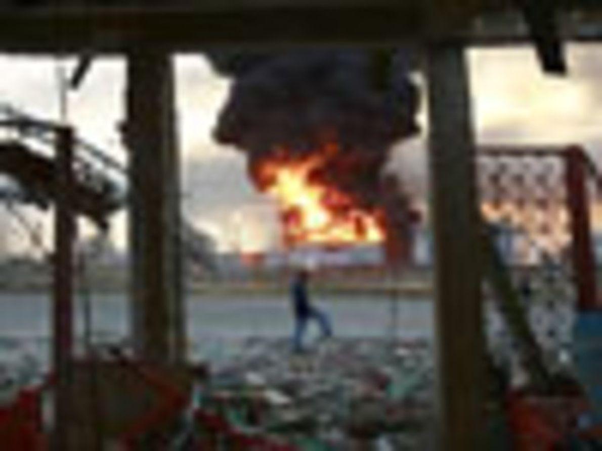 Cientos de edificios (incluyendo viviendas) fueron destruidos por la potente explosión de la refinería Amuay. Habiendo …
