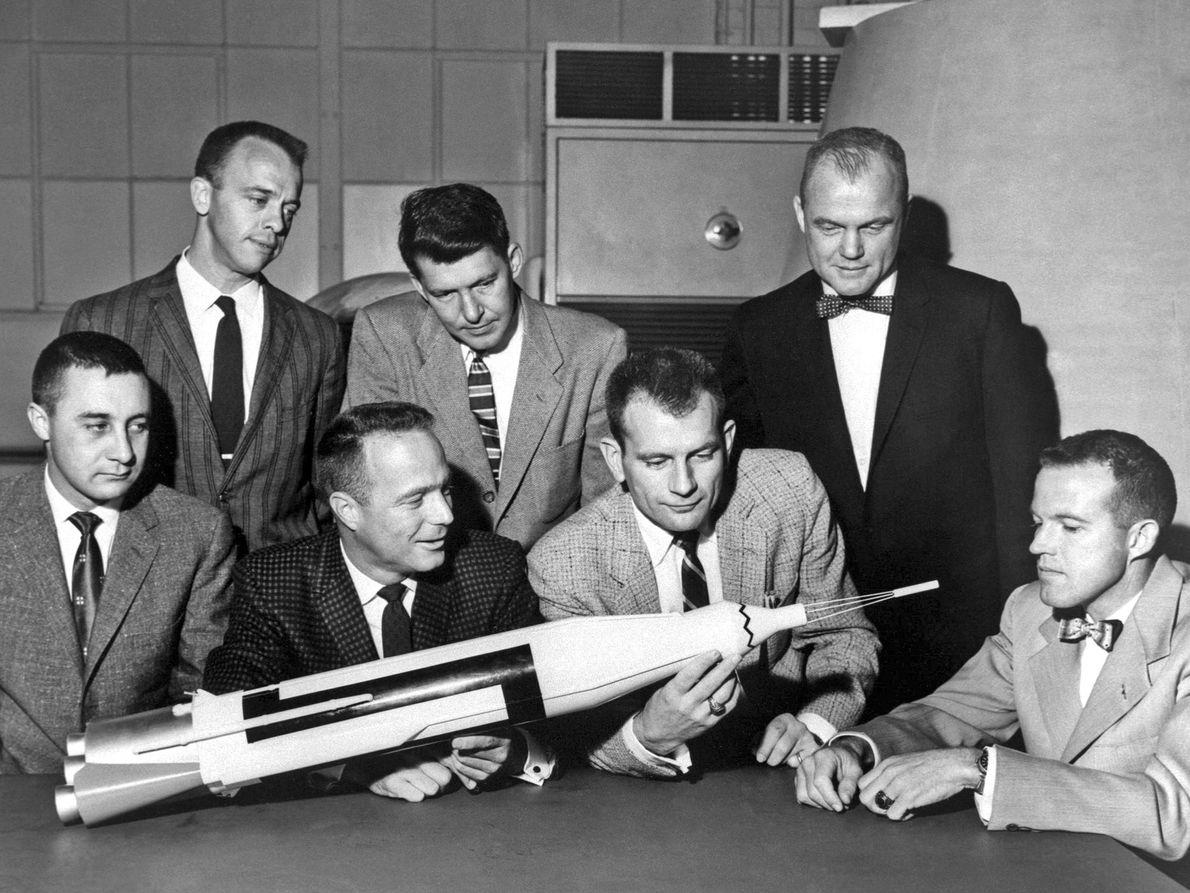 Los astronautas posan con una réplica
