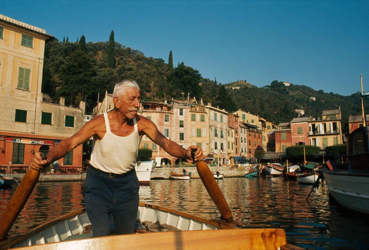 Un hombre rema en su barco hacia el puerto de Portofino
