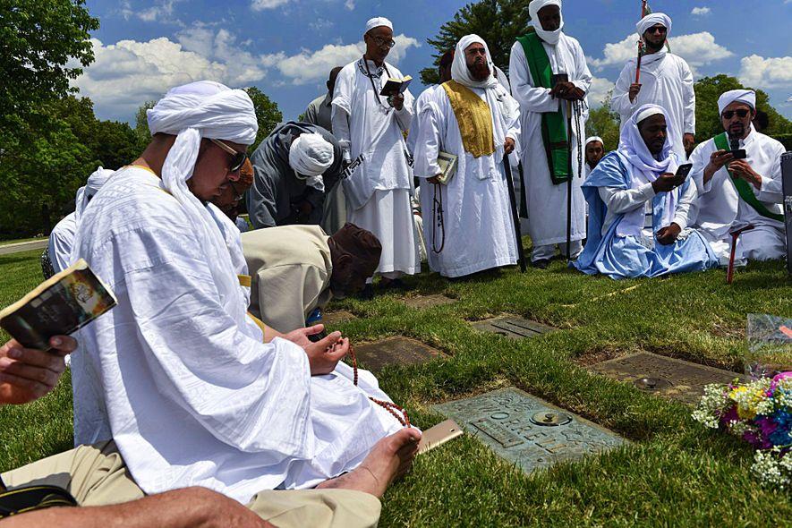 En el aniversario del nacimiento de Malcolm X, el 19 de mayo, los musulmanes peregrinan hasta ...
