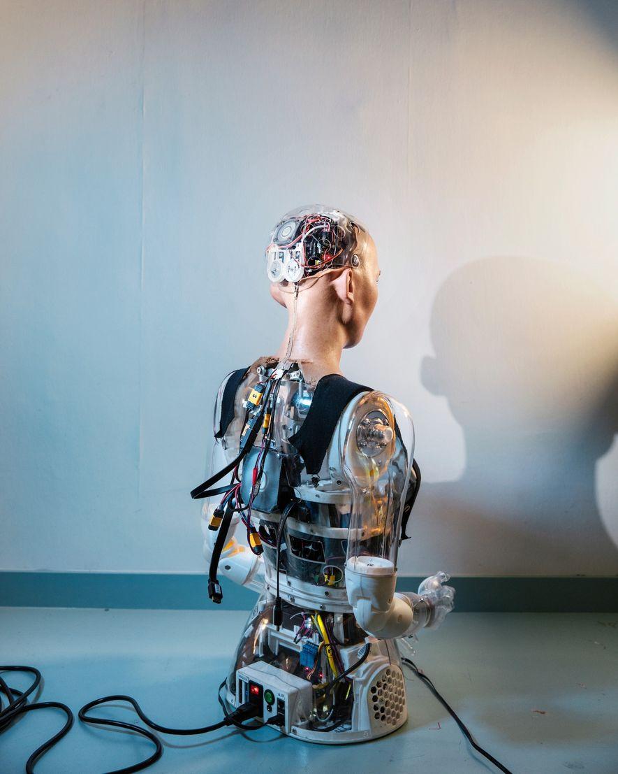 Ver la espalda de Sophia ofrece una imagen de la complejidad tecnológica del robot.