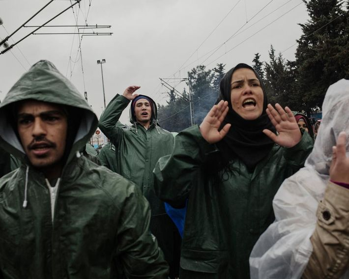 Un grupo de refugiados protesta por el cierre de la frontera macedonia, por el improvisado campo ...
