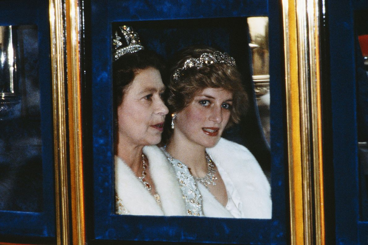Imagen de la Princesa de Gales y la Reina en la apertura del parlamento en Londres, ...