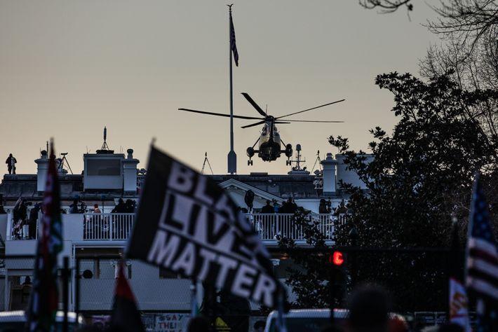Bandera de Black Lives Matter con el Marine One de fondo