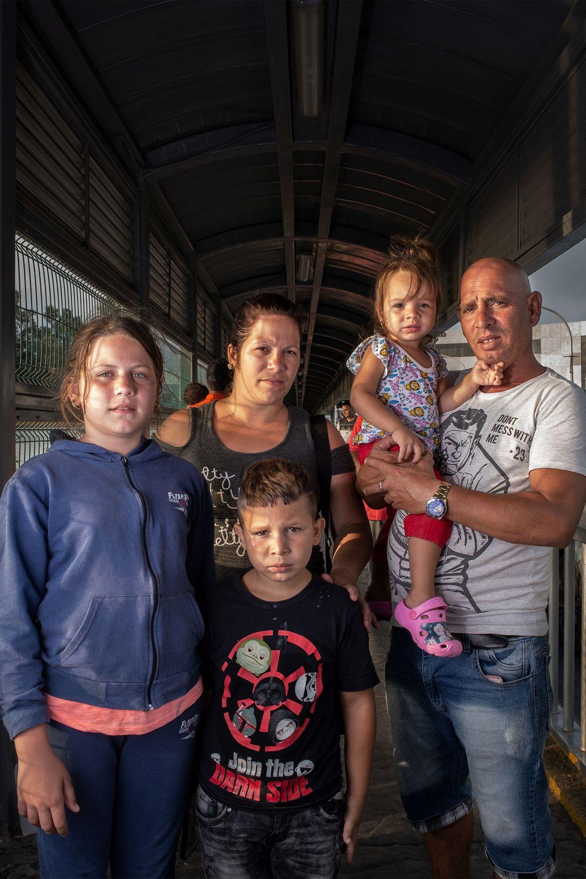 Una familia cubana aguarda en el puente de Nuevo Laredo, México, para solicitar asilo en Estados …