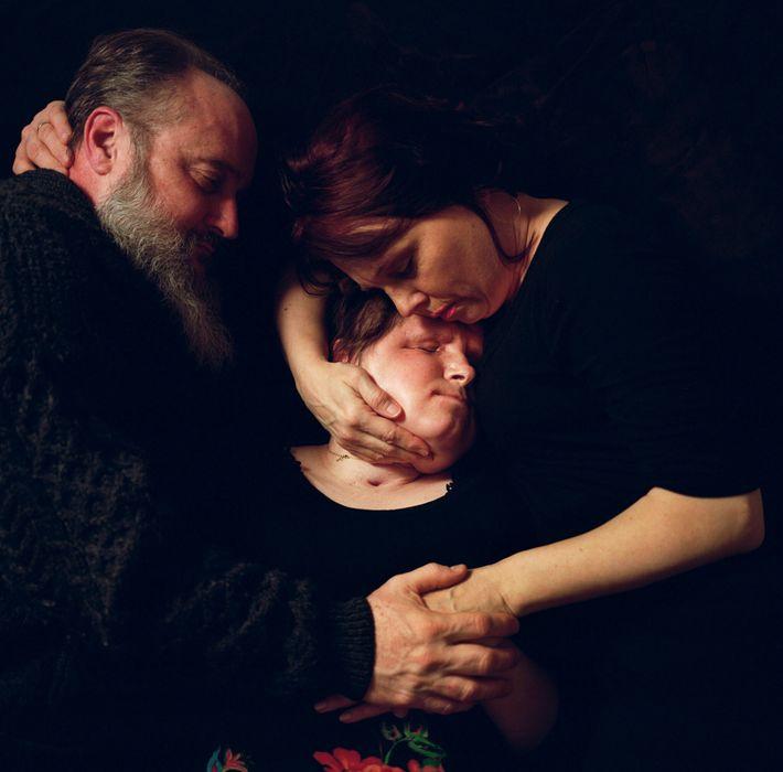 Robb y Alesia Stubblefield abrazan a su hija, Katie