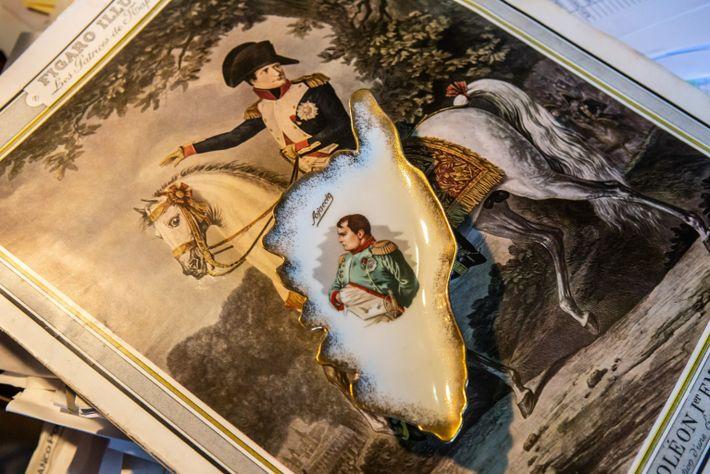Un cenicero con la imagen de Napoleón Bonaparte