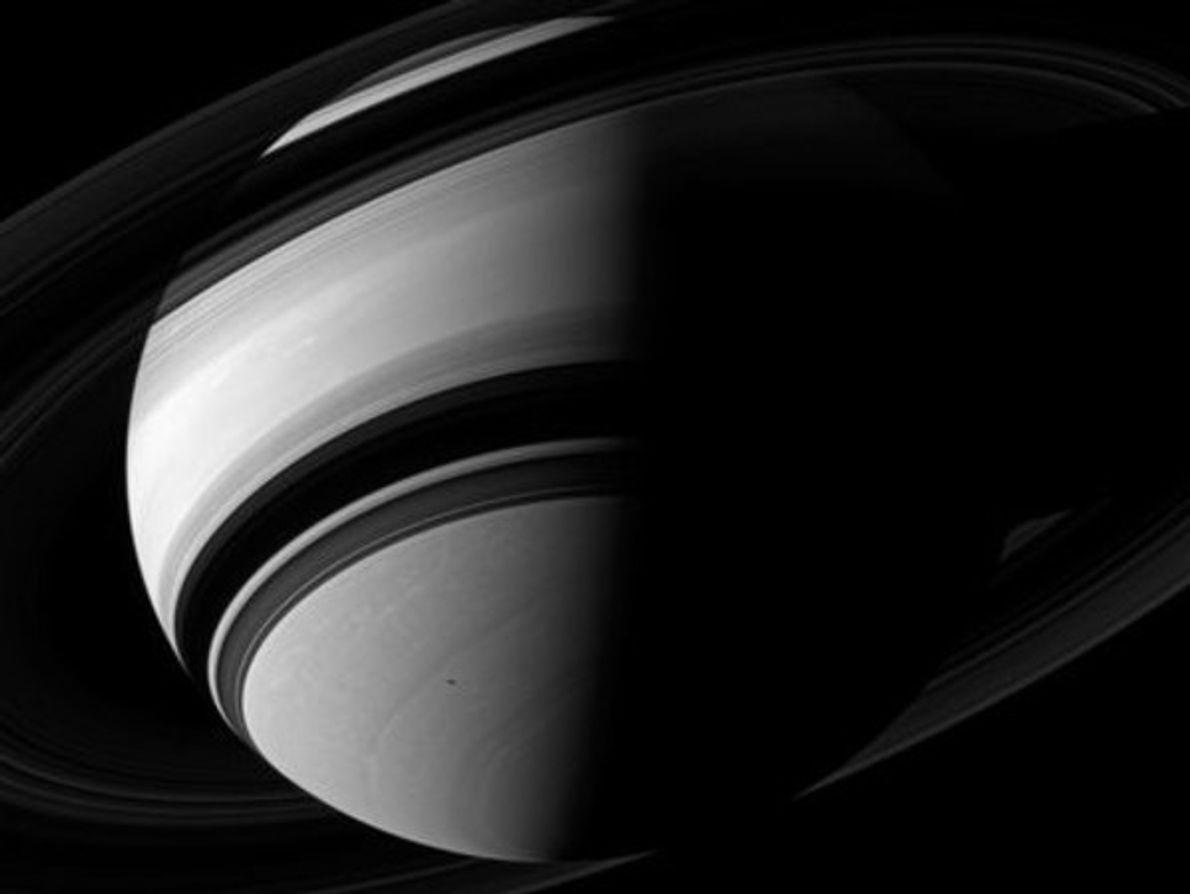 El lado oscuro de Saturno