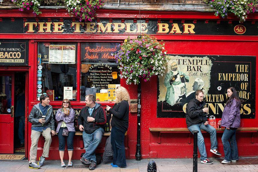 Clientes frente al Temple Bar Pub, homónimo del distrito en el que se encuentra en Dublín, ...
