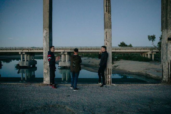 Unos chicos en un viejo puente cerca de Fitore