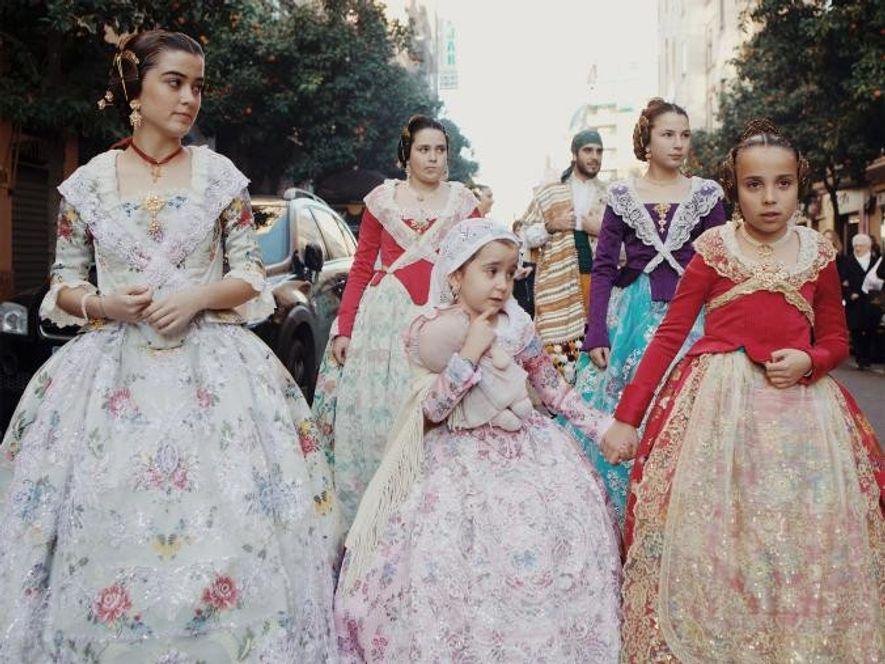 Antes de las celebraciones, cada barrio presenta a su Fallera Mayor durante una ceremonia pública. Tras ...