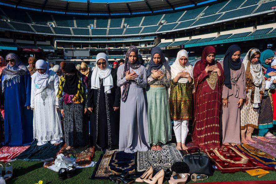 Mujeres musulmanas rezan en el Angel Stadium en Anaheim, California, durante el Eid al-Fitr, la celebración ...