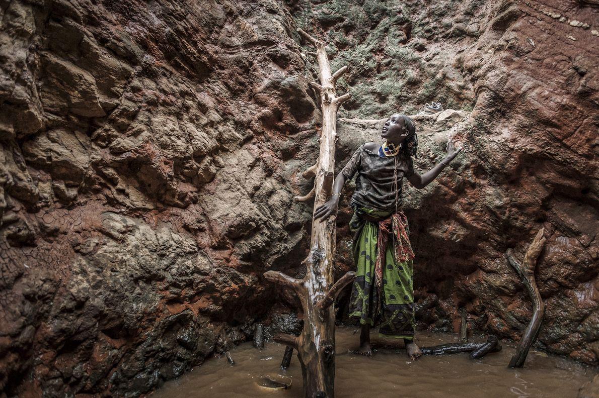 Una mujer borana dentro de un pozo