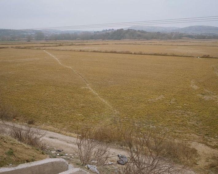 Los refugiados trazan caminos a través de los campos para unir el campamento de Idomeni con ...