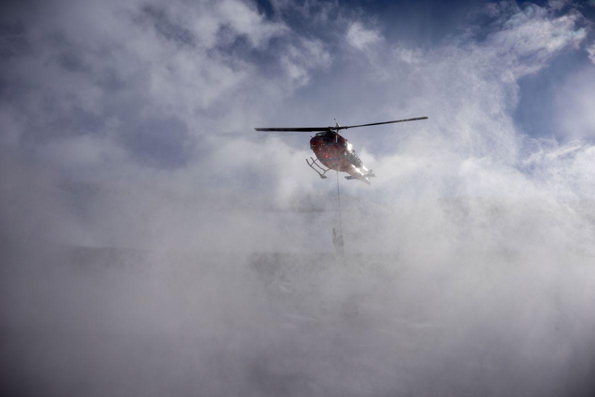 Un helicóptero lanza carga