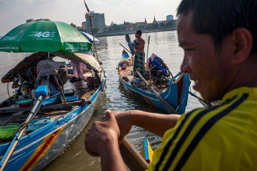 Ya Hosen (derecha) pesca con su familia en su barco en Chong Koh Chrog Changvar, una comunidad de embarcaderos del Mekong cerca de Phnom Penh.