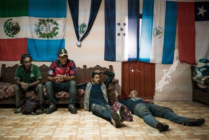 Cuatro hombres descansando