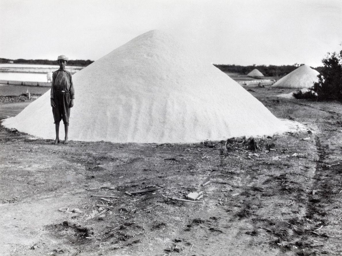 Un niño junto a un montón de sal