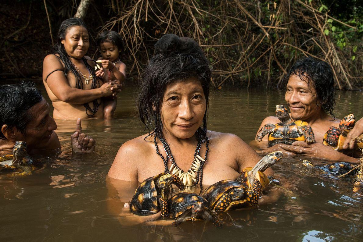 Mujeres awá bañándose