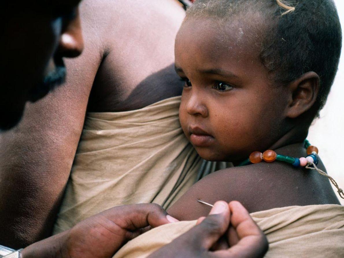 Un bebé etíope recibe una vacuna
