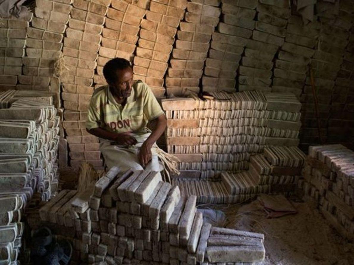Un hombre prepara un bloque de sal, llamada amole, para el mercado en Mekele, …