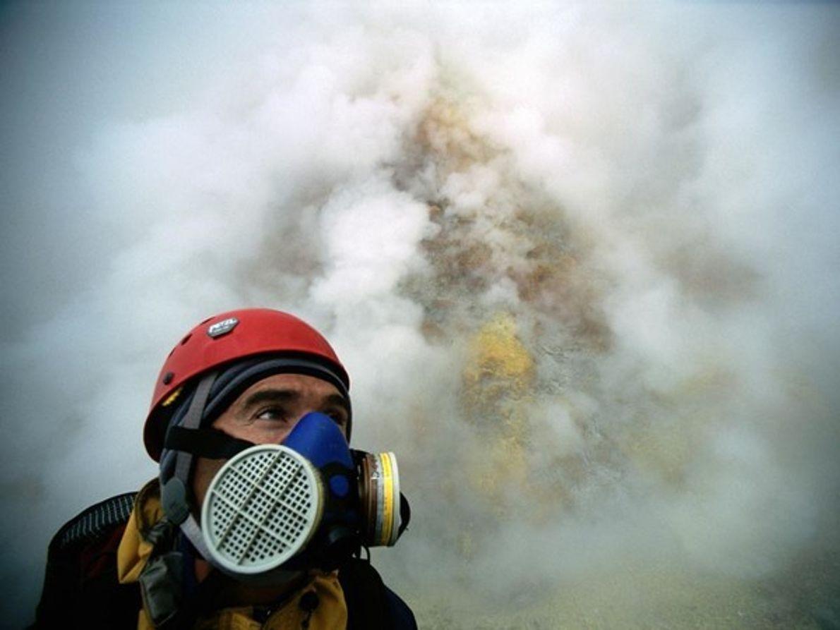 Un escalador en la península de Kamchatka en Rusia lleva una máscara de gas para proteger …