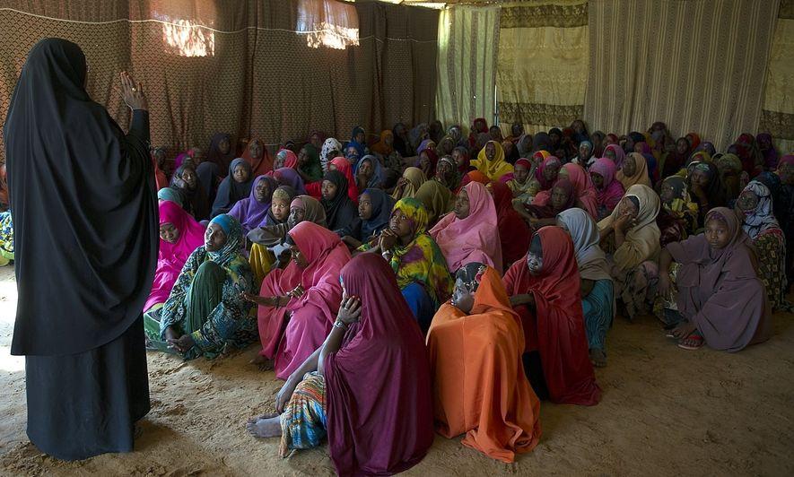 Safiya Abukar Ali conduce una sesión de concientización sobre la mutilación genital femenina en el campamento ...