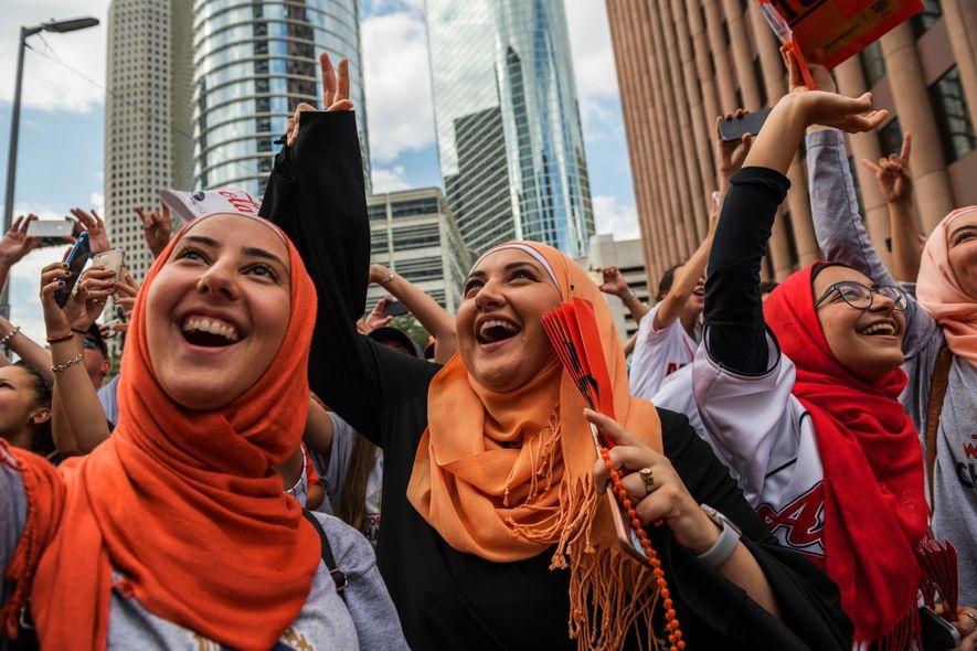 Musulmanes estadounidenses acuden al desfile de los Houston Astros en el centro de Houston, después de ...
