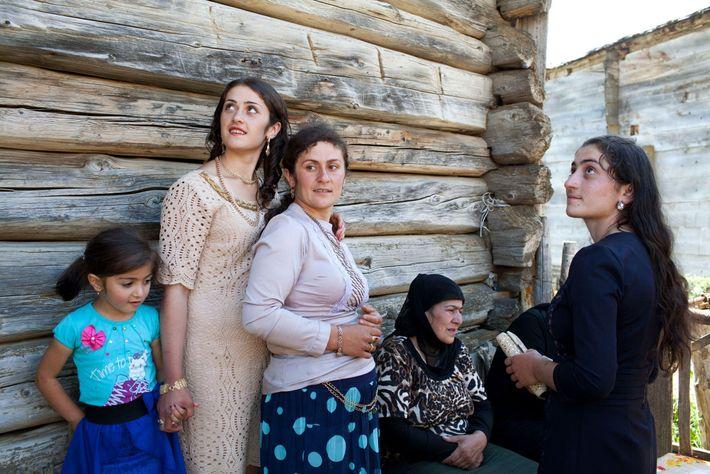 Imagen de mujeres y niñas georgianas celebrando un compromiso