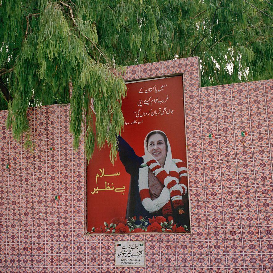 Una placa conmemorativa a Benazir Bhutto, ex primera ministra pakistaní, en el lugar de su asesinato en diciembre de 2007 durante un acto político en Rawalpindi, provincia de Panyab. Bhutto fue la primera mujer que gobernó un país islámico democrático y adoptó una posición marcadamente opuesta al extremismo religioso. Durante su periodo en la política, fue amenazada por los talibanes, al-Qaeda y grupos extremistas locales.
