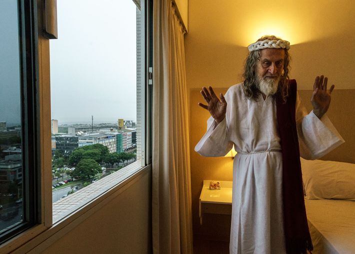 INRI en la habitación de hotel