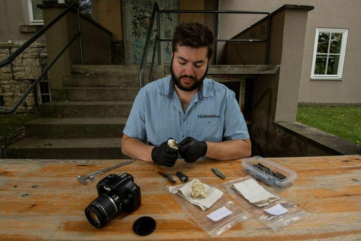 El arqueólogo Raphael Hermann intenta recrear el hueso