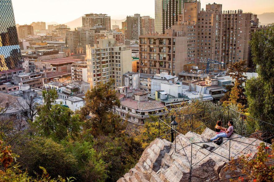 El perfil de los edificios de Santiago de Chile puede verse desde el parque de Cerro ...