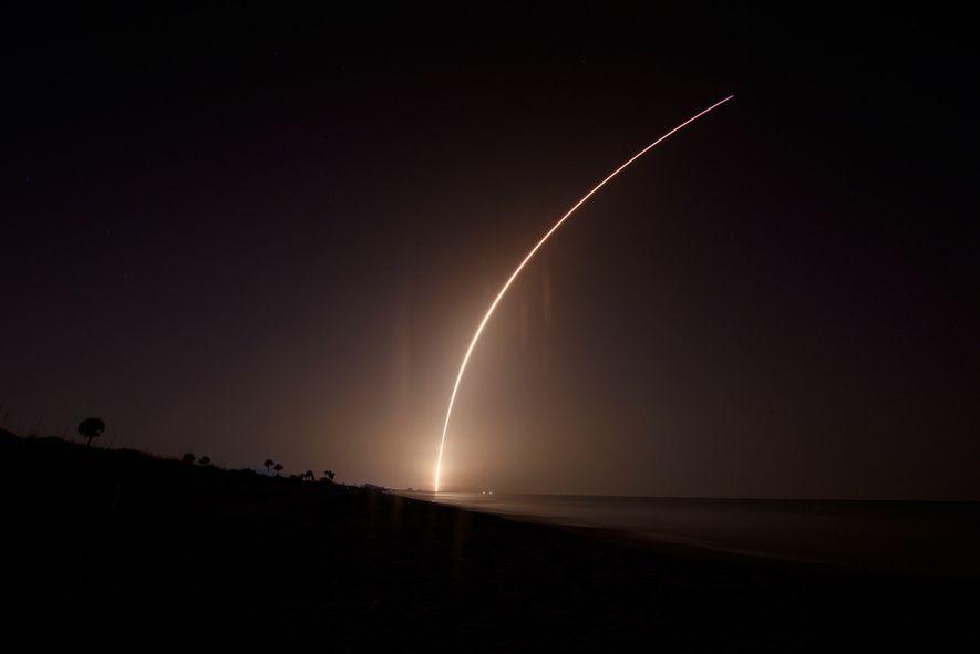 El 25 de junio, un cohete Falcon Heavy de SpaceX despegó de madrugada sobre cabo Cañaveral, ...