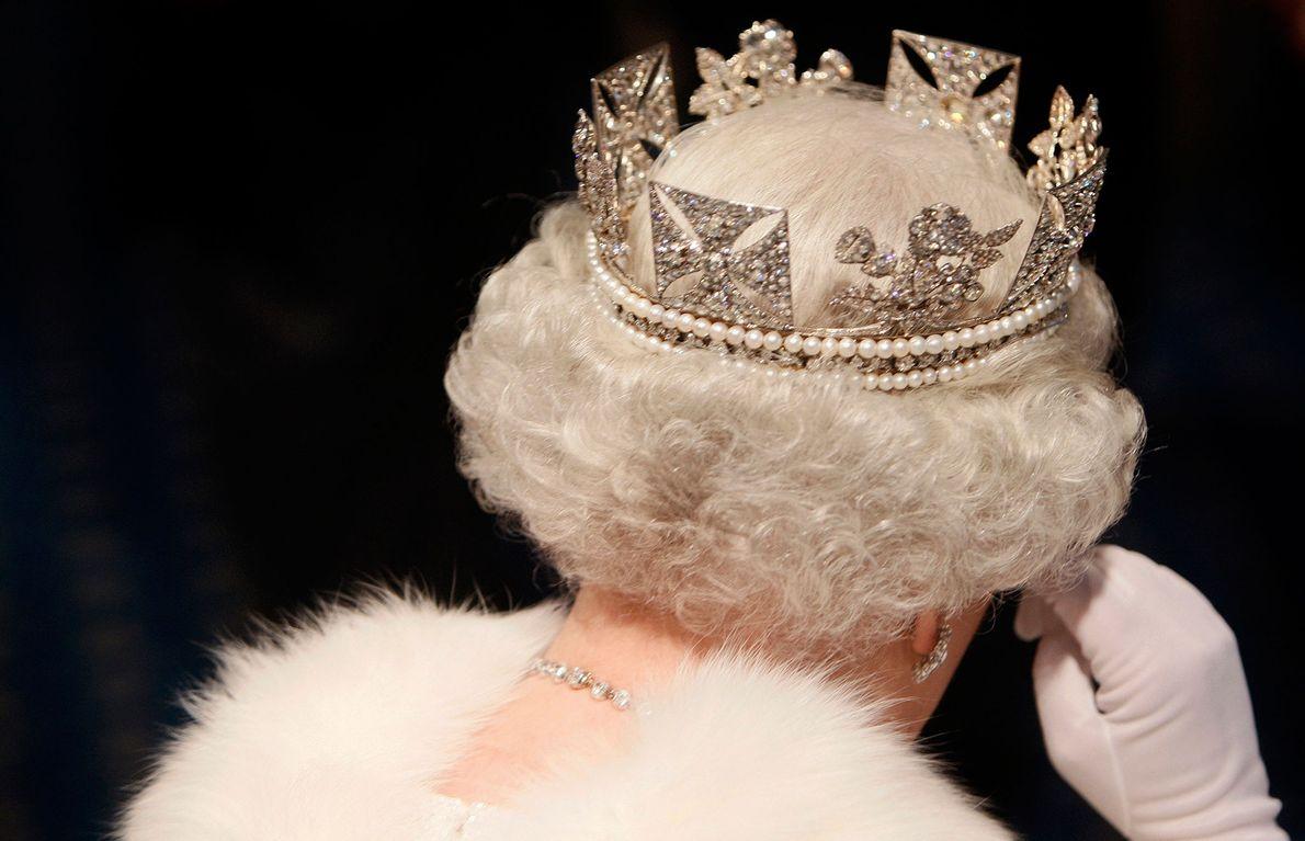 Imagen de la Reina Isabel abandonando el parlamento tras su apertura