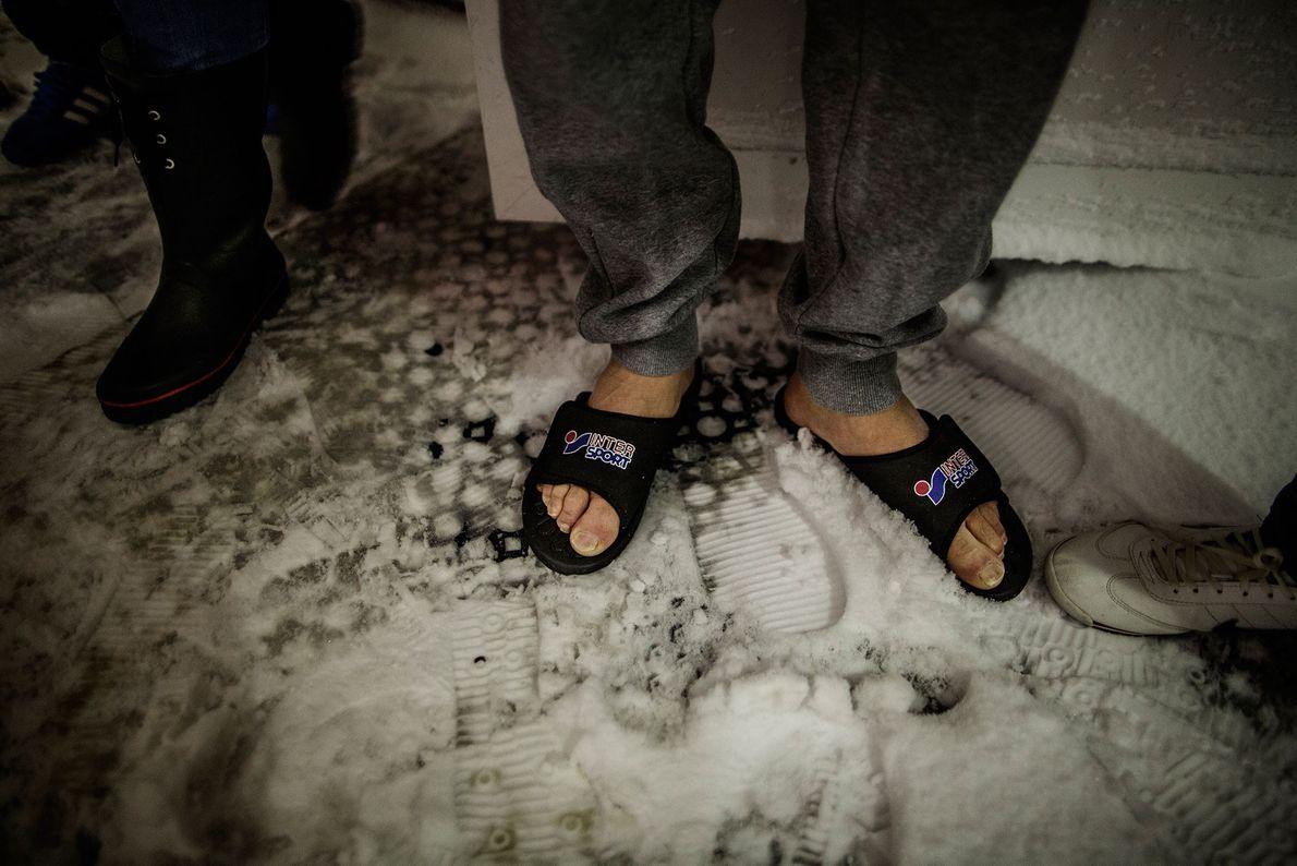 Foto de sandalias en la nieve